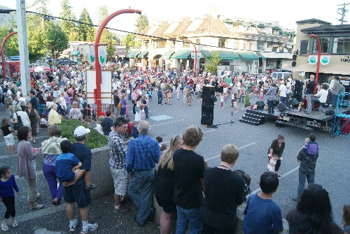 Crowds-at-Edgemont-Village-Summer-Concert