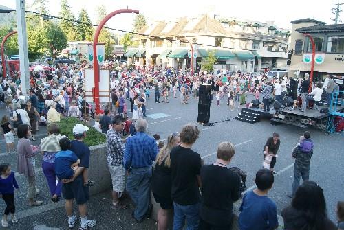 Crowds-at-Edgemont-Village-Summer-Concert